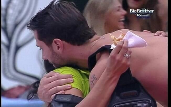 Ronaldo e Kelly se abraçam e selam a paz