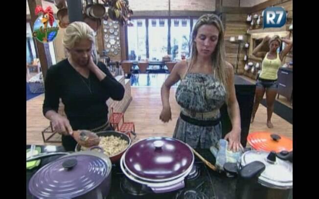Joana e Monique provam a comida