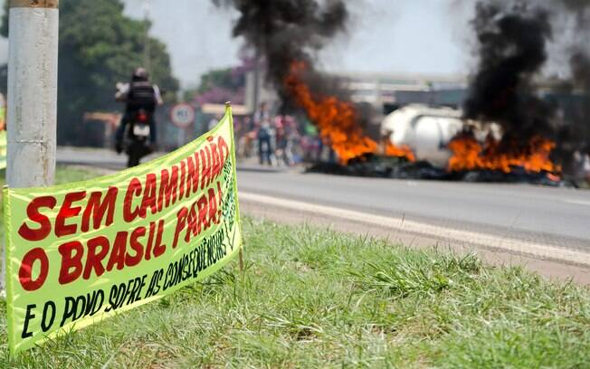 Caminhoneiros colocaram faixas em forma de protesto na BR 040, perto de Valparaíso de Goiás