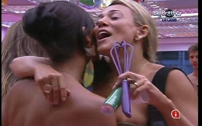 Fabiana e Kelly se empolgam na cantoria