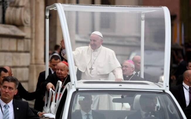 O papamóvel é o veículo oficial dos papas.