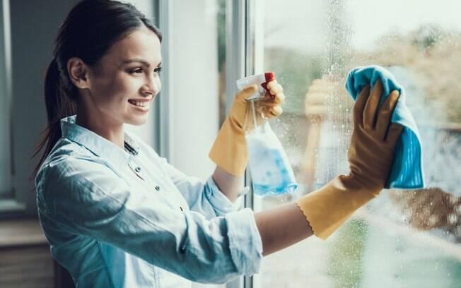 Apesar da limpeza do dia a dia, a faxina mais pesada, como limpar vidros, também precisa fazer parte do cronograma da casa