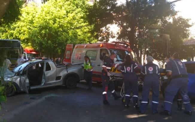 Ônibus atropelou uma caminhonete