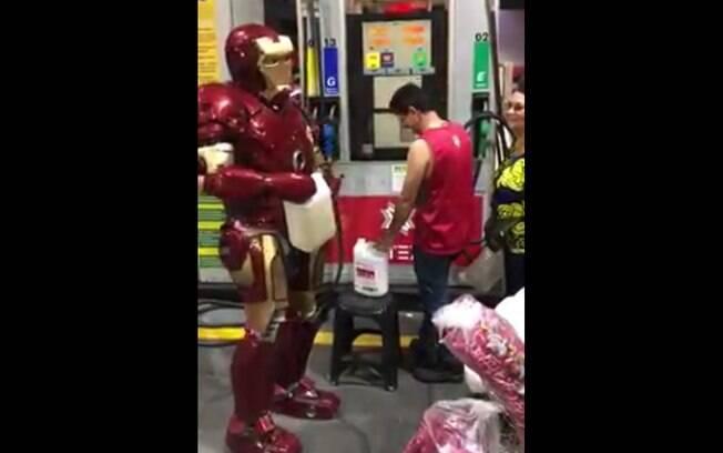'Homem de Ferro' também está sofrendo com a falta de combustíveis, e tentou comprar gasolina em posto de Brasília