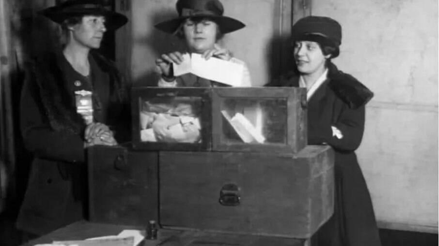 Mulheres votando pela primeira vez