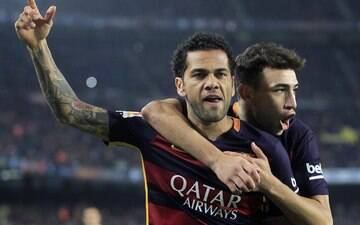 Mundial com Barcelona faz Daniel Alves igualar Pelé em 30 títulos