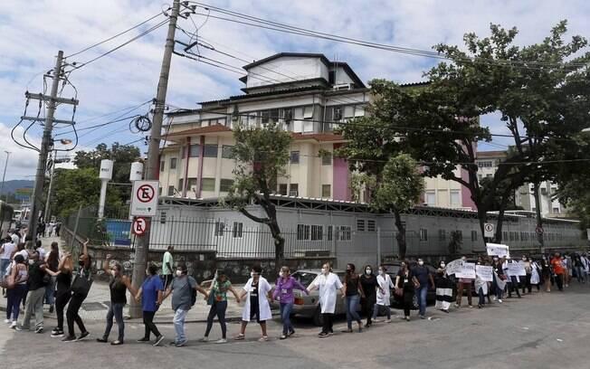 Médicos, enfermeiros e funcionários do Hospital Federal de Bonsucesso 'abraçaram' a unidade na manhã desta terça-feira