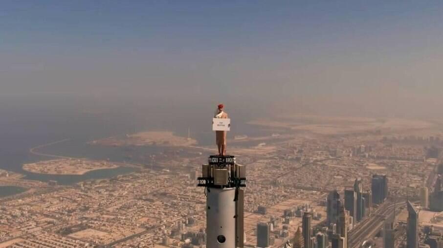 Aeromoça é colocada em topo de prédio em Dubai