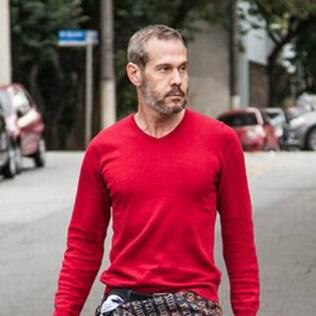Nico Puig adere a campanha pelo direito dos homens héteros de usar saia, chorar e se sensibilizar
