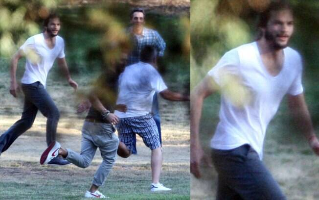 Ashton Kutcher joga futebol com os amigos em uma festa particular, em Hollywood