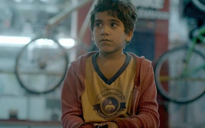 O menino Ygor, estreante no cinema, é uma presença poderosa em cena. Quando canta