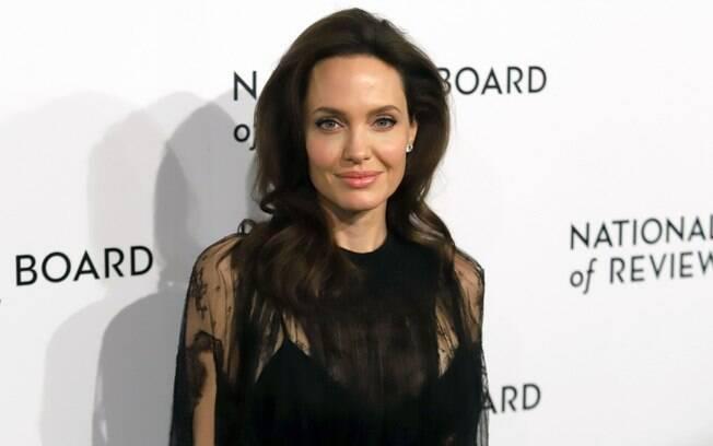 Angelina Jolie possui uma rotina de cuidados com a pele que inclui passar bastante protetor solar e ficar bem hidratada