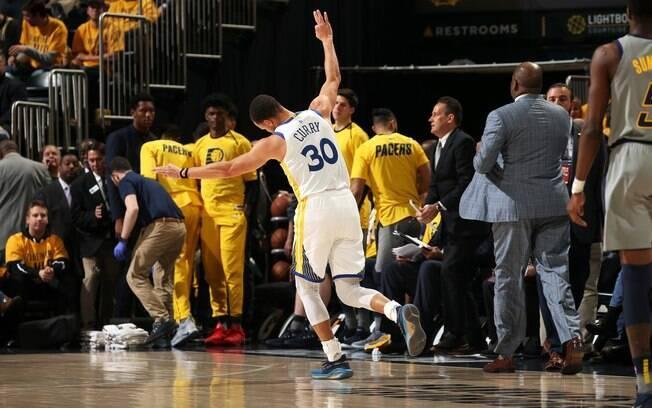 Stephen Curry ultrapassou 200 bolas de três e se tornou o primeiro a conseguir o feito em sete temporadas seguidas na vitória do Warriors sobre o Pacers
