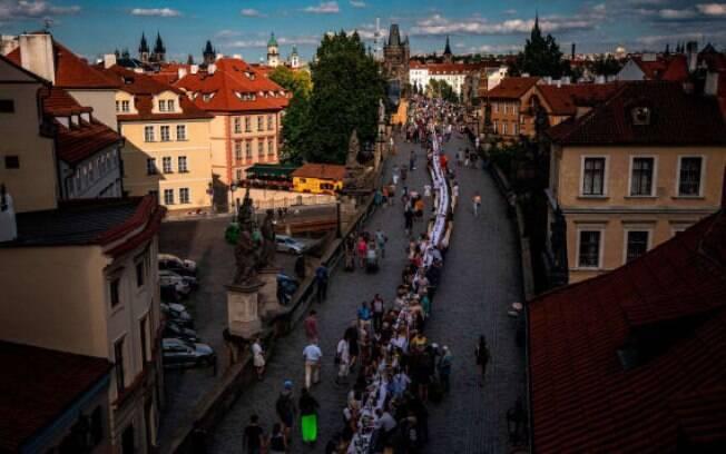 População de Praga se reúne na avenida principal da cidade