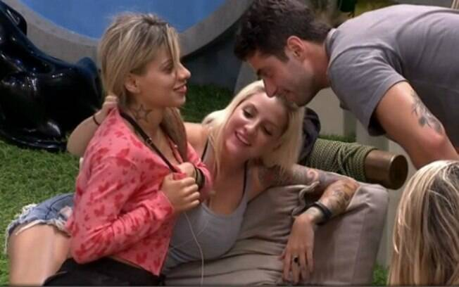 Vanessa mostrou o piercing do seio para Marcelo