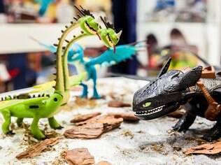 Dragão articulado que reproduz fogo, solta fumaça e brilha no escuro é destaque de feira de brinquedos