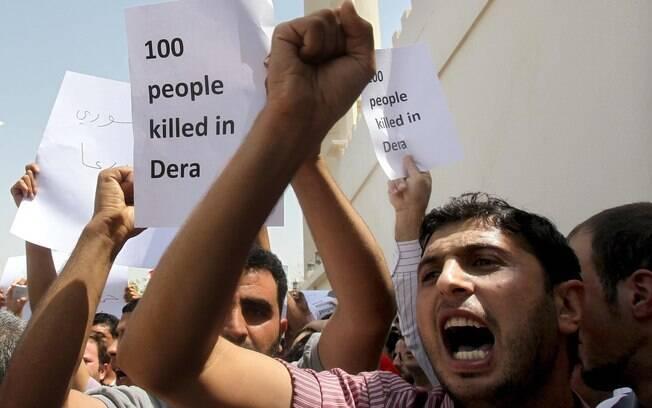 Primavera árabe: sírios protestam do lado de fora do consulado do país em Dubai, Emirados Árabes Unidos, em 2011