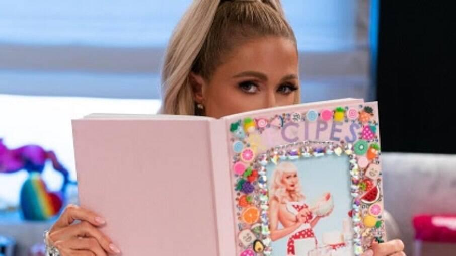 Série mostra Paris Hilton cozinhando