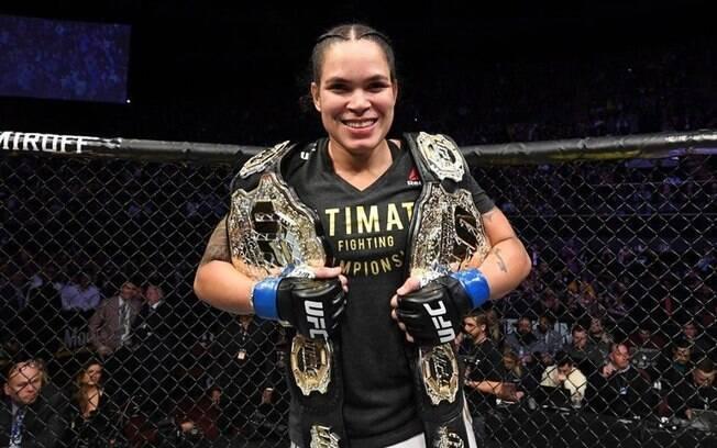 Amanda Nunes com os dois cinturões do UFC
