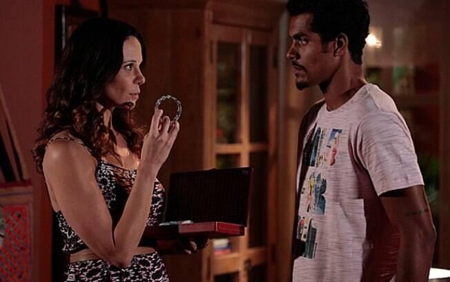 Juliana rouba bracelete em leilão de Helena