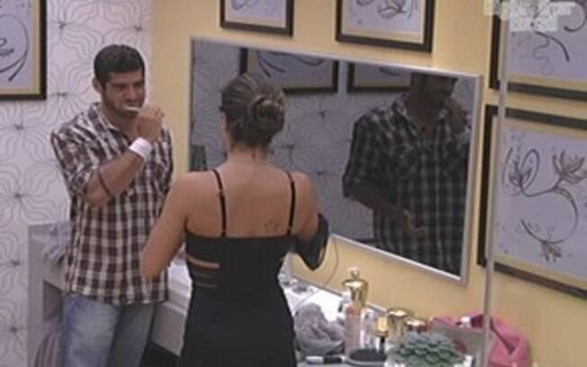Laisa aconselha Yuri sobre o colar do Anjo