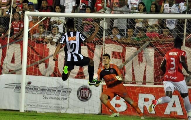 Ronaldinho completa cruzamento e fecha o  placar para o Atlético-MG