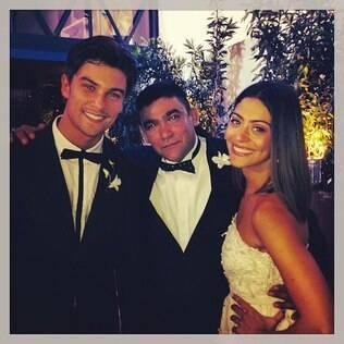 Os noivos Carol Castro e Raphael Sander posam com um dos padrinhos
