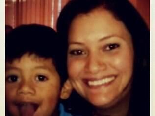 Juliana Amancio e seu filho: desempregada, faz trabalhos de diarista para ajudar na renda