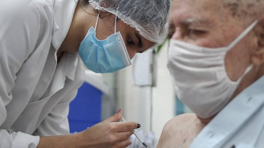 Idosos e profissionais da saúde podem receber 3ª dose