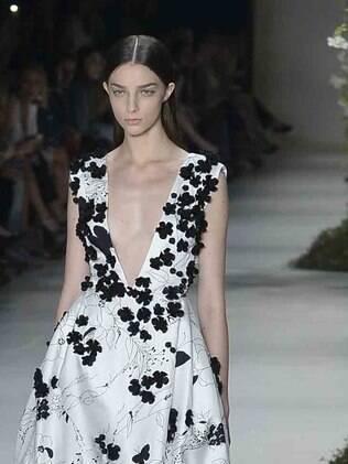 A Acquastudio apresentou vestidos de festa brancos, com bordado e aplicações delicadas