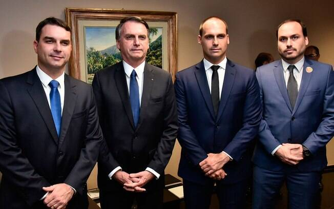 Jair Bolsonaro com seus três filhos