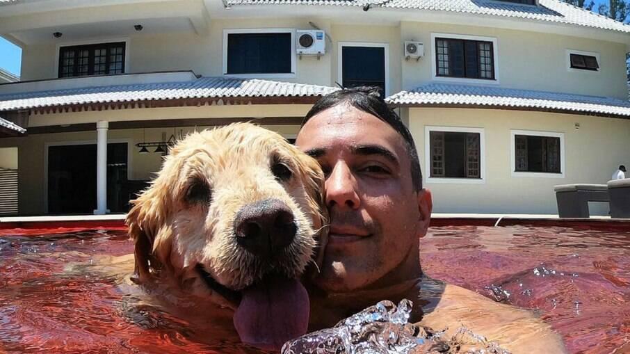 André Marques e Cuca na piscina de casa