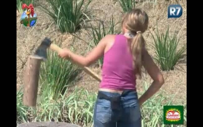 Raquel Pacheco insiste ao tentar cortar lenha, mas se frustra ao não conseguir