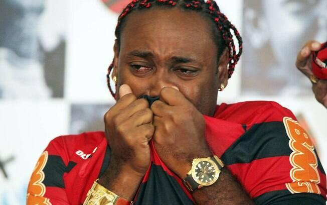 Emocionado, Vágner Love beijou a camisa do  Flamengo