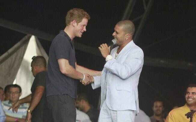 Príncipe Harry conferiu o show de Diogo Nogueira, no Complexo do Alemão, no Rio