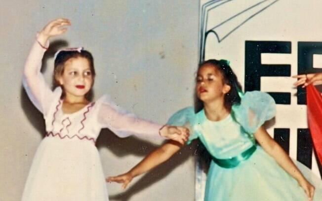 Sheila Mello aparece ainda criança em uma apresentação de dança
