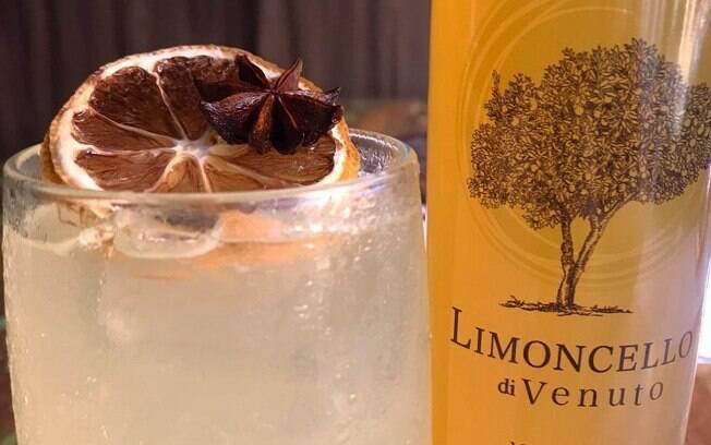 Para decorar a bebida, uma fatia de limão e um anis estrelado dão um toque mais refinado para o drink