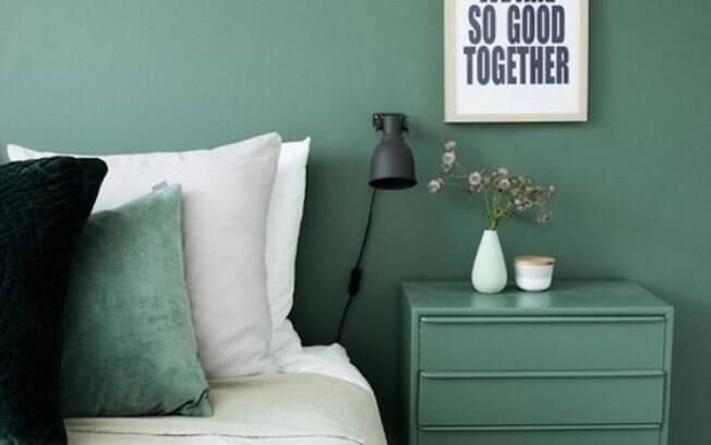 O verde é uma cor ótima! Traz frescor e calma para o ambiente. Aqui o criado recebe a mesma cor da parede