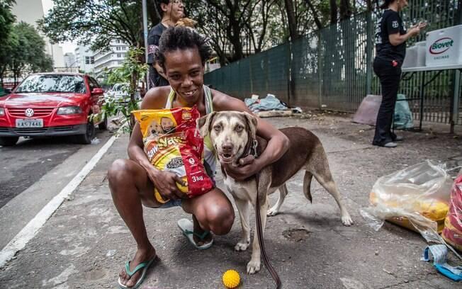 Moradora de rua e seu cão que foram ajudados pela instituição