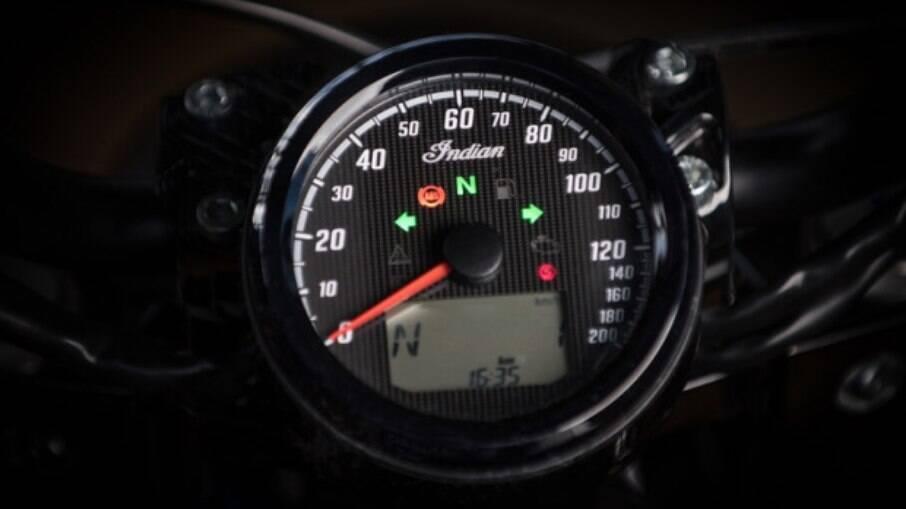 Velocímetro com mostrador digital com estilo retrô e que mostra o estilo rústico da rival das Harley-Davidson