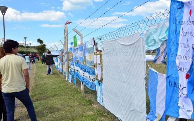 Argentinos prestam homenagens a tripulantes do submarino ARA San Juan, desaparecido desde o dia 15