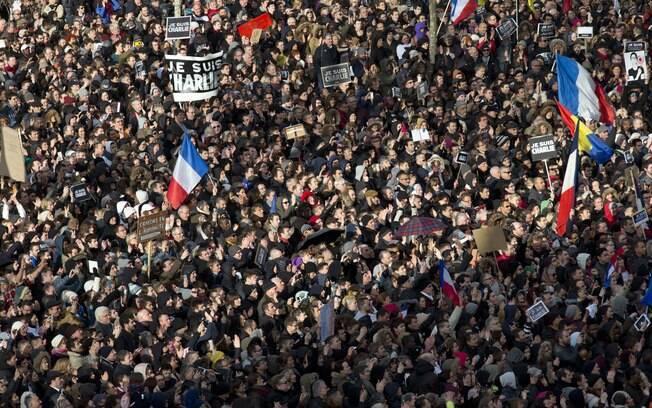 Manifestantes lotam a Praça da República em Paris