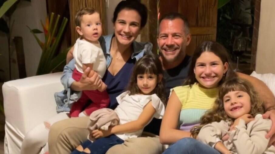 Malvino Salvador reúne os filhos em viagem com a esposa, Kyra Gracie