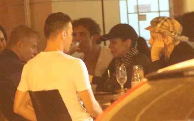 A dupla estava acompanhada de outros amigos, entre eles Miguel Falabella