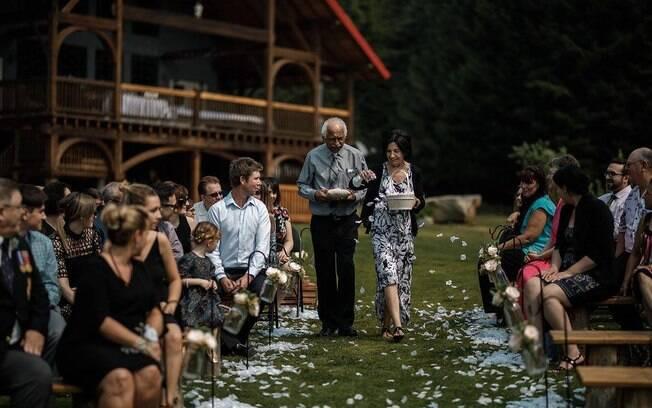 No casamento da usuária do Facebook Ashleigh Hole, os avós entraram como pagem e florista, levando as alianças