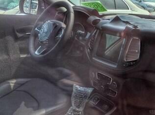 Interior do Jeep Compass é flagrado, ainda com alguns disfarces, mas que deixam à mostra que conta com vários itens vindos da Fiat Toro