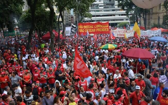 Milhares de manifestantes se reúnem na Praça da República em São Paulo