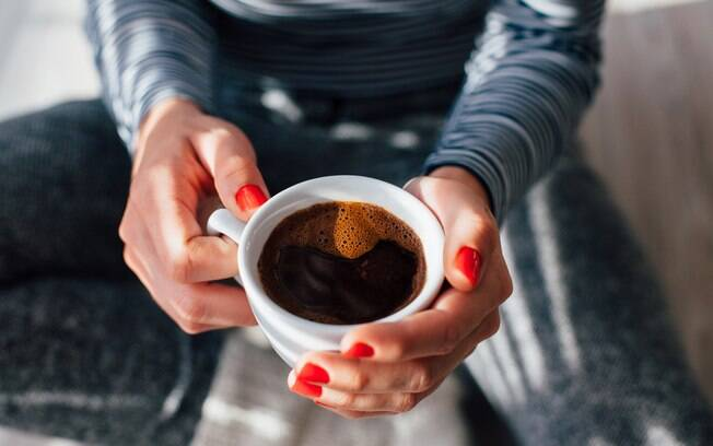 O café pode aumentar o apetite por conter muito açúcar, contribuindo para a dificuldade em perder peso