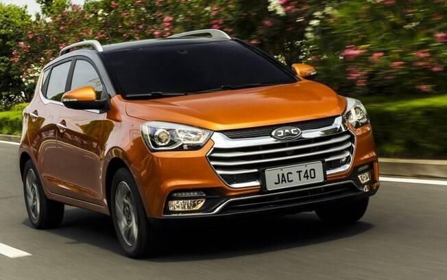 JAC T40 traduz a receita da nova categoria de utilitários. O meio-termo entre hatcbacks aventureiros e SUVs compactos