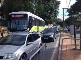 Muitos carros estão enfrentando lentidão na orla da Lagoa da Pampulha por conta do bloqueio de ruas